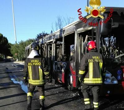 Anagnina, in fiamme bus al capolinea: il mezzo distrutto