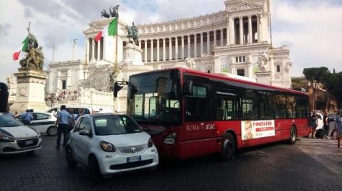 Paura a piazza Venezia, bus senza conducente travolge un'auto ferita una donna