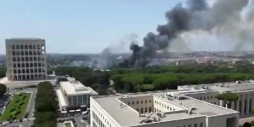 Castel Fusano, pineta di nuovo in fiamme. Raggi: situazione grave